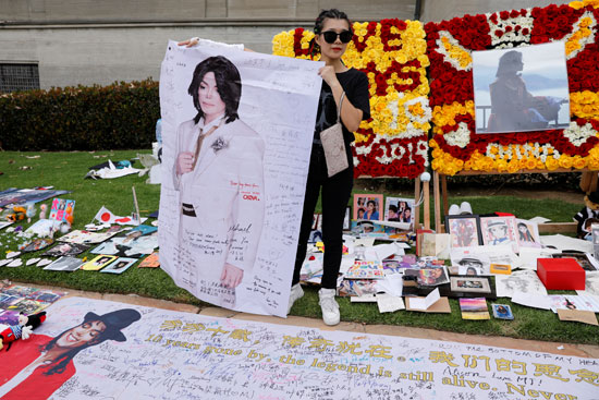 2019-06-25T225710Z_1511211731_RC1F96A02D50_RTRMADP_3_PEOPLE-MICHAEL-JACKSON-ANNIVERSARY-CEMETERY