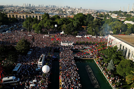 الآلاف يحتفلون بأوغلو