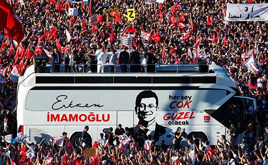 احتفالات أنصار رئيس بلدية اسطنبول