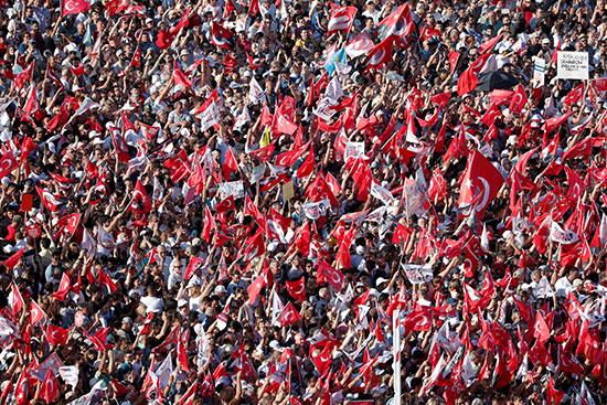الآلاف يحتفلون برئيس بلدية اسطنبول