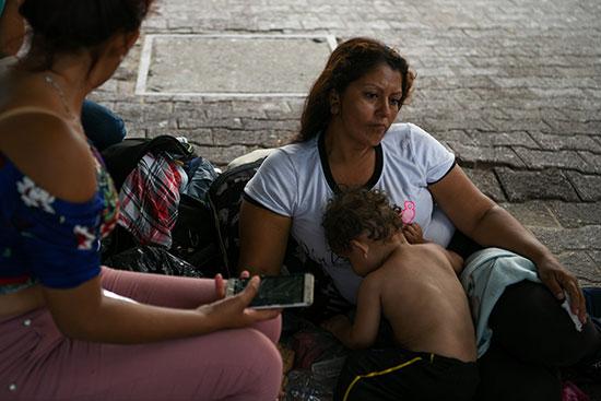 مجموعة من طالبى اللجوء بالمكسيك داخل مخيم مؤقت للهجرة (6)