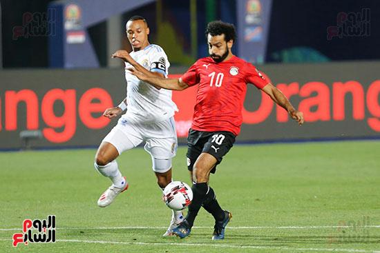 محمد صلاح يحاول إبعاد لاعب الكونغو
