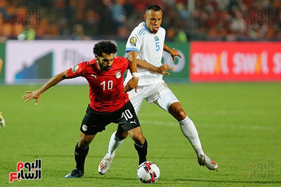 صلاح يستخلص الكرة من لاعب منتخب الكونغو