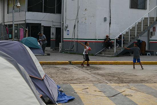 مجموعة من طالبى اللجوء بالمكسيك داخل مخيم مؤقت للهجرة (10)