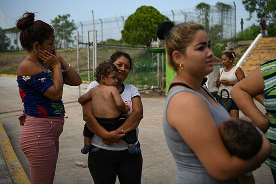 مجموعة من طالبى اللجوء بالمكسيك داخل مخيم مؤقت للهجرة (1)