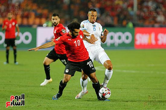 لاعب الكونغو يفشل فى قطع الكرة من محمد صلاح