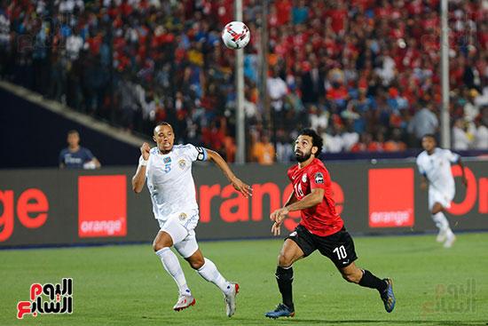 محمد صلاح يسابق لاعب الكونغو لاستلام الكرة