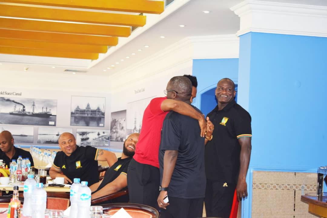 زيارة ايتو لمقر اقامة منتخب الكاميرون (2)