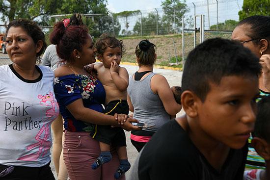 مجموعة من طالبى اللجوء بالمكسيك داخل مخيم مؤقت للهجرة (4)
