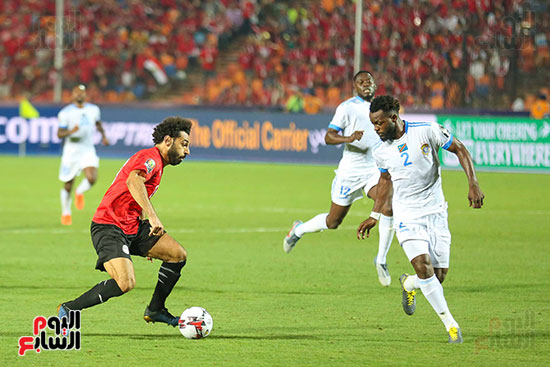 صلاح يراوغ لاعب الكونغو