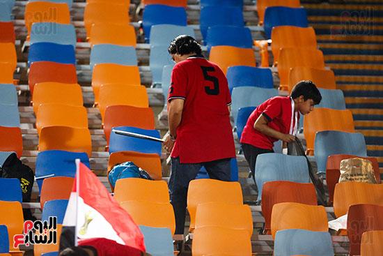 الجمهور يقوم بتنظيف المدرجات بعد الفوز على الكونغو (2)