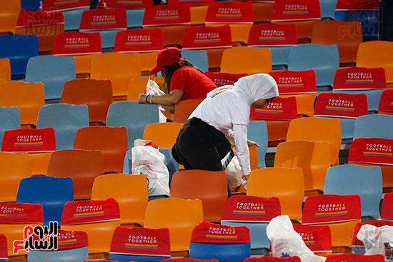 الجمهور يقوم بتنظيف المدرجات بعد الفوز على الكونغو (5)