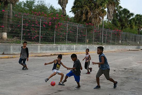 مجموعة من طالبى اللجوء بالمكسيك داخل مخيم مؤقت للهجرة (8)