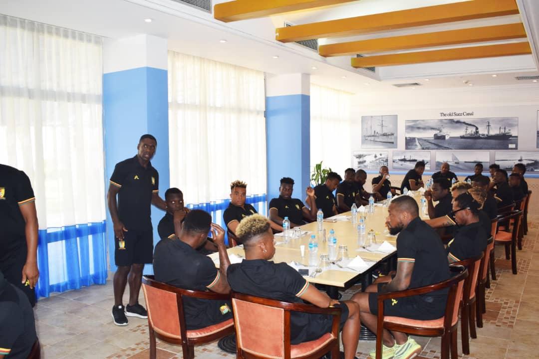 زيارة ايتو لمقر اقامة منتخب الكاميرون (1)