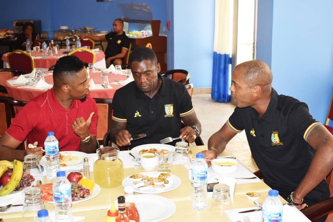 زيارة ايتو لمقر اقامة منتخب الكاميرون (6)