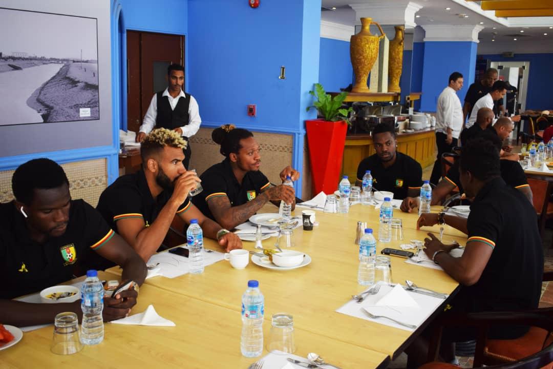 زيارة ايتو لمقر اقامة منتخب الكاميرون (3)