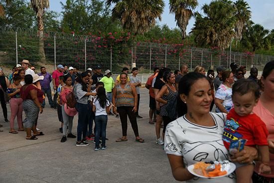 مجموعة من طالبى اللجوء بالمكسيك داخل مخيم مؤقت للهجرة (3)