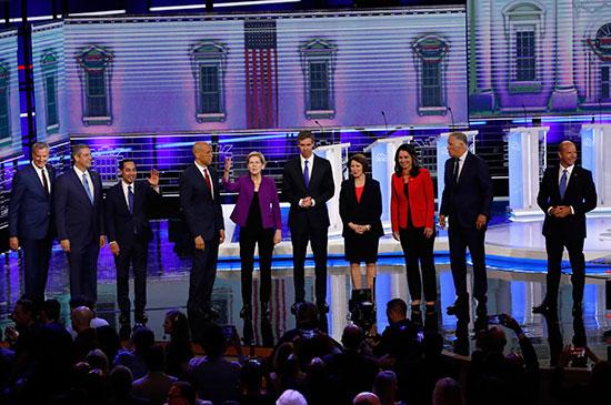 المرشحون الأمريكيون الديمقراطيون يبدؤون أول مناظرة قبل بدء أول انتخابات رئاسية (8)