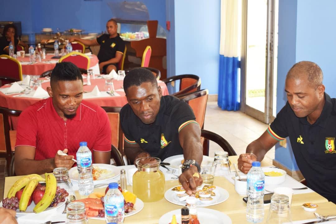 زيارة ايتو لمقر اقامة منتخب الكاميرون (4)