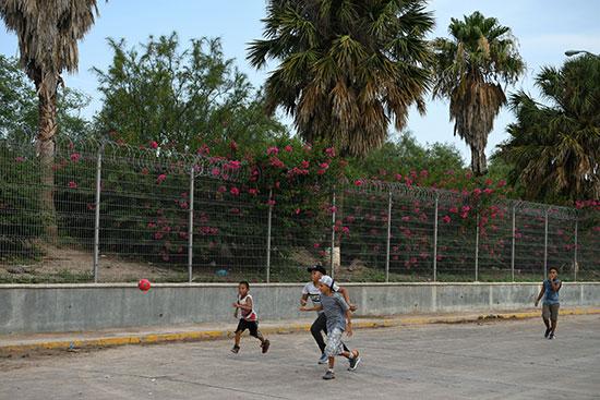 مجموعة من طالبى اللجوء بالمكسيك داخل مخيم مؤقت للهجرة (9)