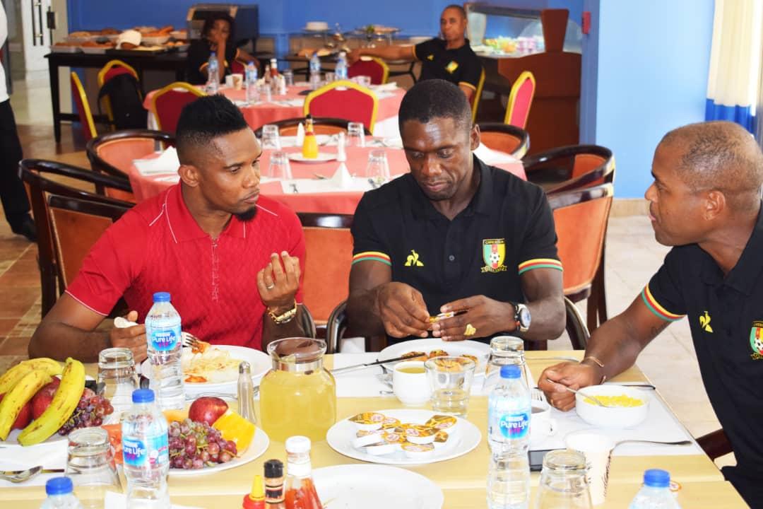 زيارة ايتو لمقر اقامة منتخب الكاميرون (5)