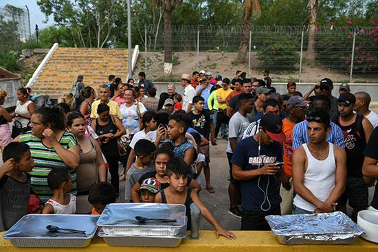 مجموعة من طالبى اللجوء بالمكسيك داخل مخيم مؤقت للهجرة (2)