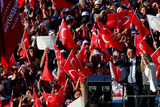أنصار أغلو يحتفلون بتوليه منصب رئيس اسطنبول