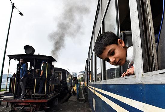 الأطفال داخل القطار