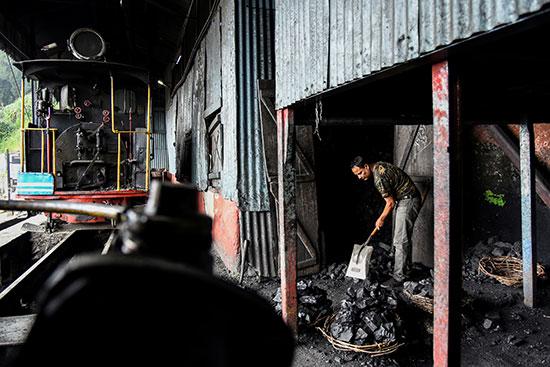 تحضير الفحم لتشغيل القطار
