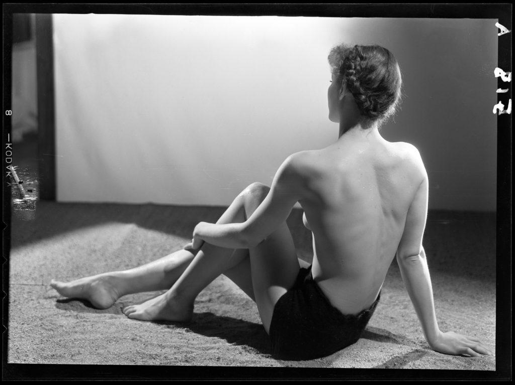 درة مار ، عارضة أزياء مجهولة من الخلف ، مع صندوق عاري