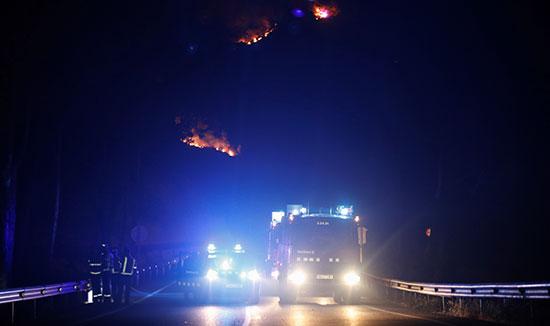 سيارات الإسعاف تصل موقع الحرائق