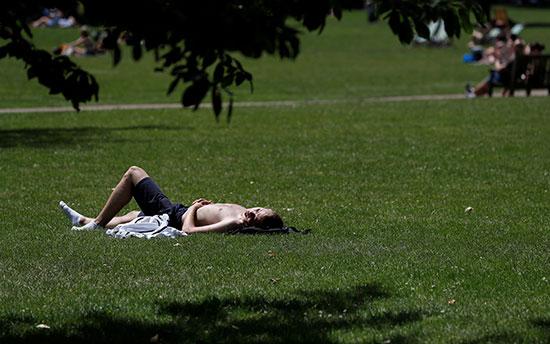 شخص يخلع ملابسه اسفل اشاعة الشمس