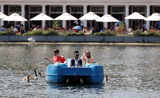 ركوب قارب فى المياه
