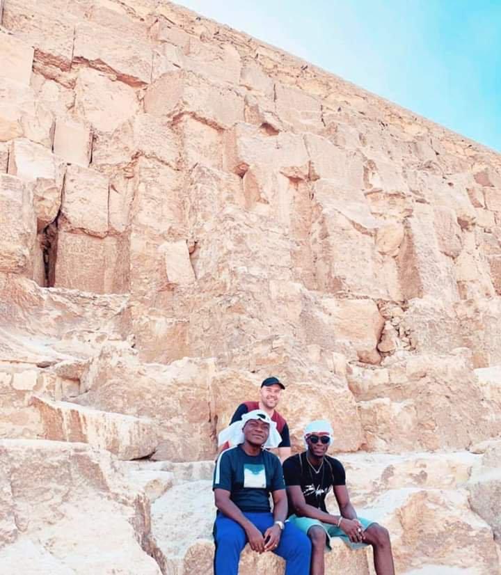 بايلى مع والده فى الاهرامات