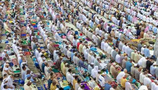 المصلون فى المسجد الحرام