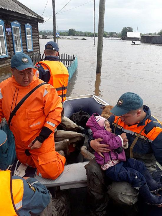 انقاذ طفل من الفيضانات