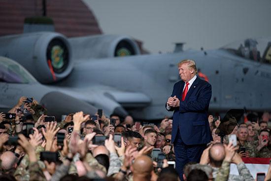 ترامب يتلقى تحية الحضور