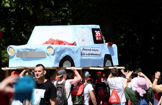 متظاهرون يحملون مجسم سيارة فى ألمانيا
