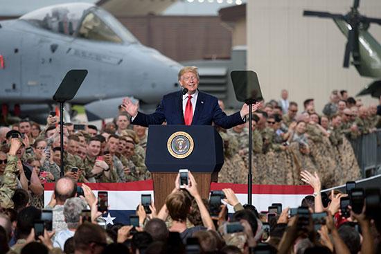 الرئيس الأمريكى بين الجنود