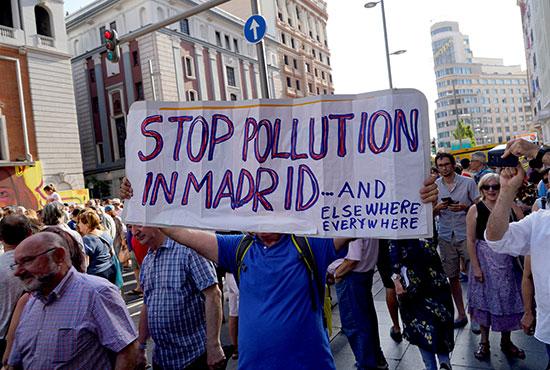 احتجاج فى مدريد ضد سيارات البنزبن