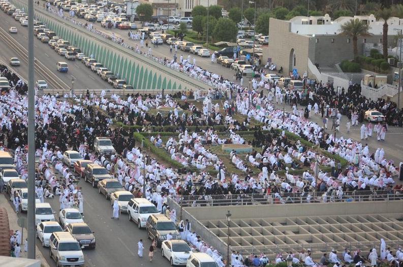 مئات المصلين فى مسجد قباء بالمدينة