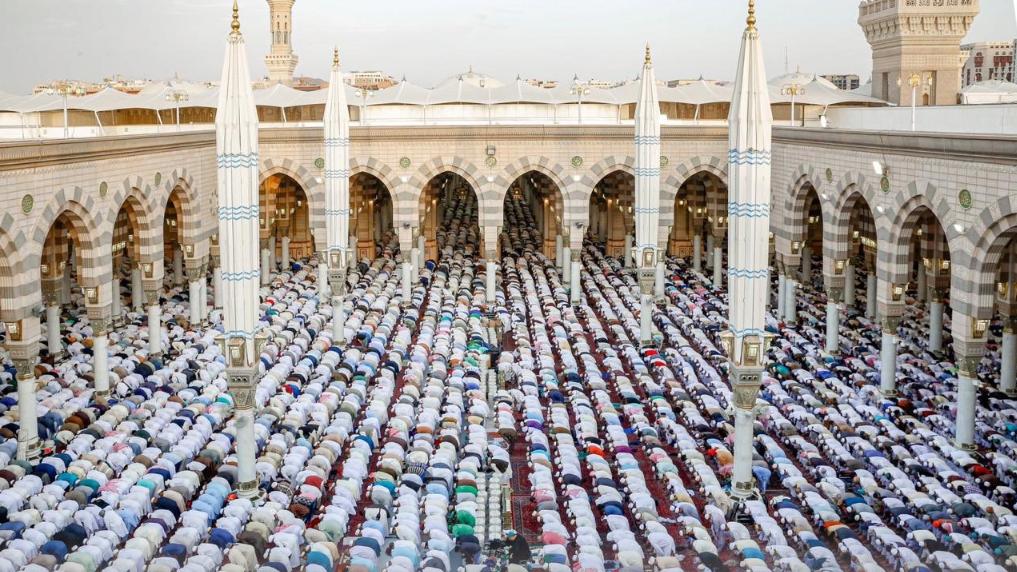 المسجد النبوى عامرا بالمصلين