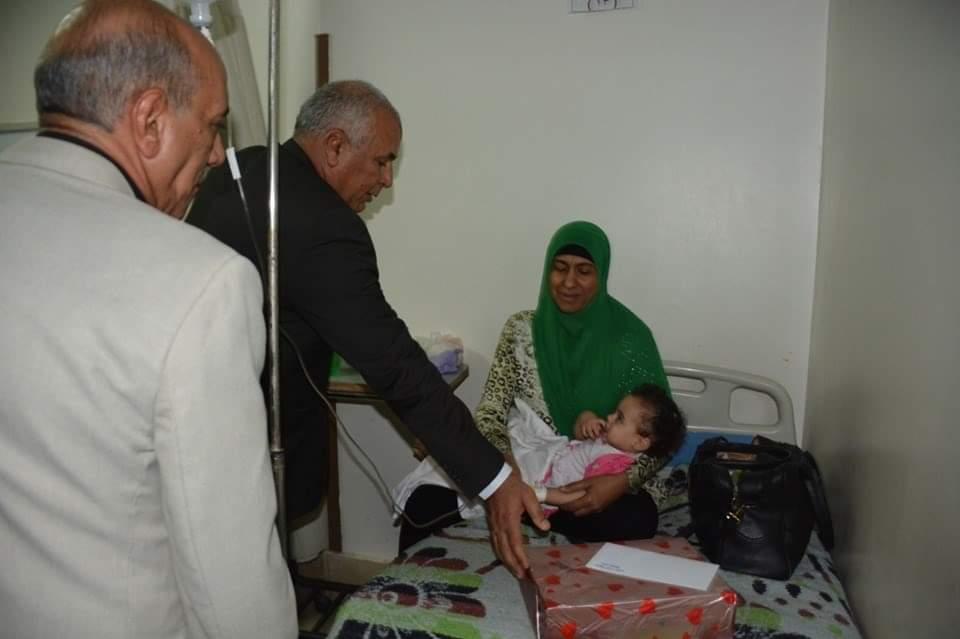 محافظ الوادي الجديد يزور مستشفي الخارجة العام ويوزع هدايا العيد على المرضي  (1)