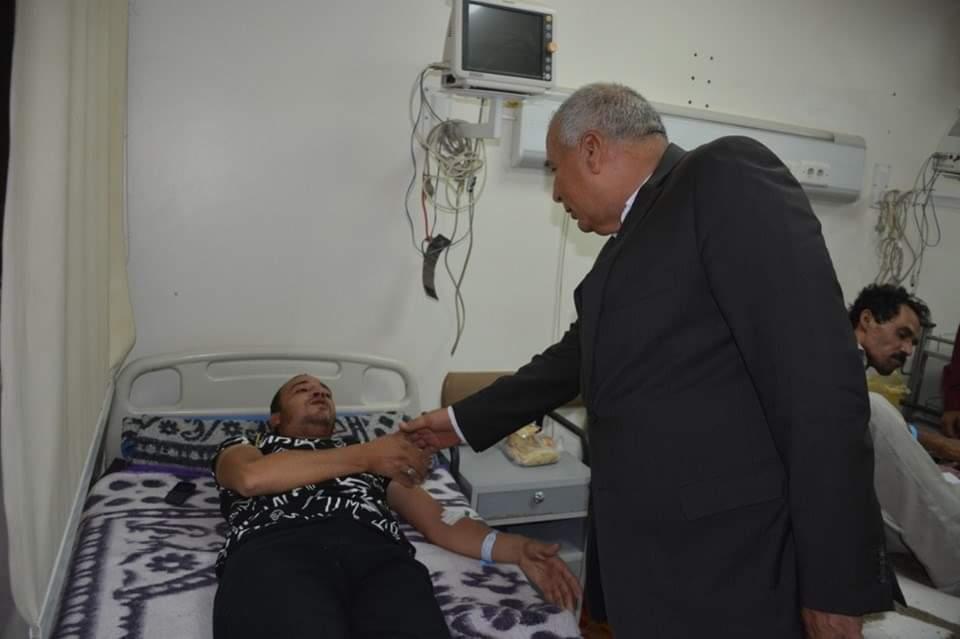 محافظ الوادي الجديد يزور مستشفي الخارجة العام ويوزع هدايا العيد على المرضي  (4)