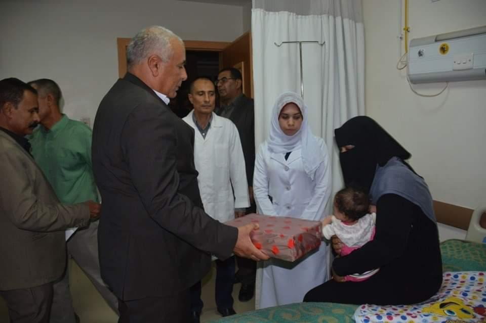 محافظ الوادي الجديد يزور مستشفي الخارجة العام ويوزع هدايا العيد على المرضي  (2)