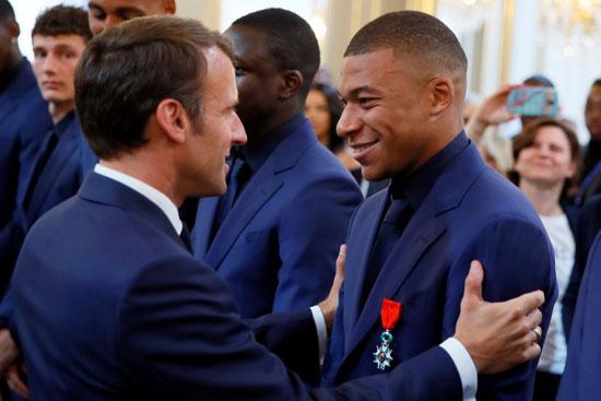 ماكرون يمنح لاعبى منتخب فرنسا وسام الدولة (12)