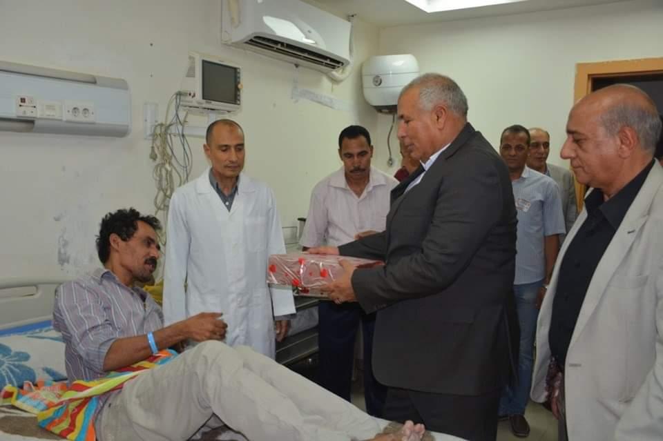 محافظ الوادي الجديد يزور مستشفي الخارجة العام ويوزع هدايا العيد على المرضي  (3)