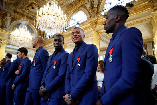 ماكرون يمنح لاعبى منتخب فرنسا وسام الدولة (8)