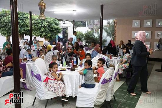 محافظ سوهاج يشارك الأيتام وذوى الاحتياجات الخاصة إفطارهم (3)