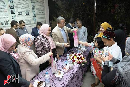محافظ سوهاج يشارك الأيتام وذوى الاحتياجات الخاصة إفطارهم (2)